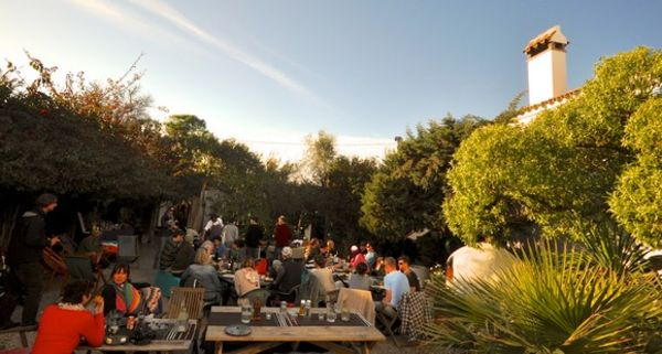 Dinner in the Innnenhof with sunshine in the surf camp