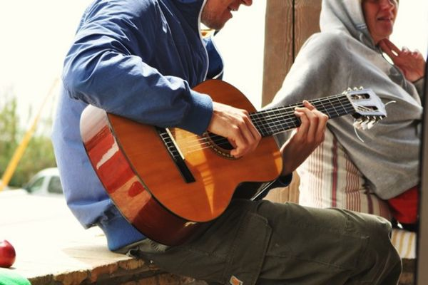 A guest plays guitar at the A Frame Surfcamp
